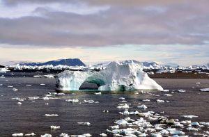 1024px-Iceberg_with_hole_edit